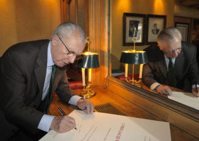 Retrouvailles avec Jacques Delors qui signe le portfolio du 2<sup>e</sup> Prix Jacques-Goddet. « Le plus beau cadeau que l'on m'ait jamais fait », confiera l'ancien président de la Commission européenne.