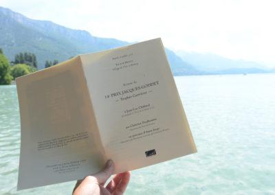 Livret annuel de remise du Prix Jacques-Goddet à destination des journalistes présents sur le Tour de France. Pour redonner à lire, dans le décor enchanteur du Village du Tour à Annecy, le texte du lauréat, Jean-Luc Chabaud, journaliste à <em>L'Éveil de la Haute-Loire</em>.
