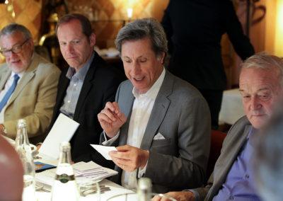 Cependant, tous travaillent… Dans son rôle de président du jury du 11<sup>e</sup> Prix Jacques-Goddet, Patrick de Carolis annonce un à un, sous le regard attentif d'Alain Clouet, de Christian Prudhomme et de Jean-Marie Leblanc, les articles retenus au premier tour par chacun des jurés.