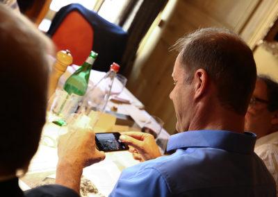 Ardent défenseur des territoires, Éric Revel a fait peser la balance du côté d'un article qui raconte le passage du Tour de France à Saint-Bérain, village de la Haute-Loire comptant sept habitants à l'année. Ravi du résultat final, Christian Prudhomme photographie l'article lauréat.