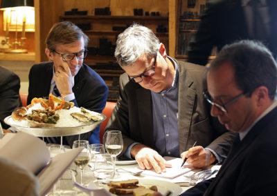 Scène de vie du jury dans la belle lumière capturée par Émilie Hautier, photographe officielle du Prix Jacques-Goddet. Frédéric Ebling s'inspire, tandis que Laurent Lachaux et Henri Montulet hésitent encore.