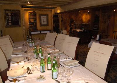 Suivant la tradition d'accueil chère au Tour de France, tout est prêt pour recevoir le jury du 3<sup>e</sup> Prix Jacques-Goddet. Il se rassemble sous les lumières douces du salon Marat, à l'étage du restaurant Le Procope, où venaient jadis Voltaire et Rousseau.