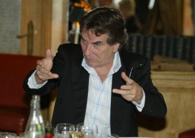 Christian Montaignac en chef d'orchestre. Ce passionné des mots, grand chroniqueur du sport, prend très à cœur son rôle de <a href= https://www.prix-jacques-goddet.com/les-presidents-de-jury/>président du jury</a>.