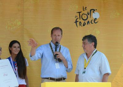 Christian Prudhomme, le directeur du Tour de France, accueille Jean-Luc Chabaud. «Ce jour-là, lui explique-t-il, de ma voiture, je cherchais du regard ma sœur qui était venue au bord de la route applaudir les coureurs. Tout ce que tu as décrit dans ton article est parfaitement juste: je l'ai vu!»