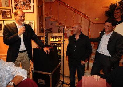 Christian Prudhomme, directeur du Tour de France, et Gérard Castrie, directeur marketing et communication du groupe Carrefour hypermarchés France, passent aux commandes. Ils accueillent Manuel Martinez, grand reporter à <em>L'Équipe</em> et lauréat du 6<sup>e</sup> Prix Jacques-Goddet.