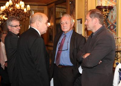 Fidèle soutien des créations de Cristel Éditeur d'Art, Jean-Yves Le Drian, ministre de la Défense, nous fait le bonheur d'être l'invité d'honneur du millésime 2015 du Prix Jacques-Goddet. Il a été accueilli par Christophe Penot, Jean-Marie Leblanc et Christian Prudhomme, le directeur du Tour de France.