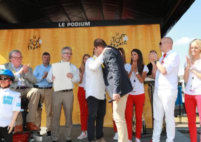Une accolade émue et sincère. Chacun sait, dans la caravane, que Stéphane Thirion, présentement parti pour son vingt-sixième du Tour de France, est l'un des plus authentiques passionnés du grand rendez-vous de l'été.