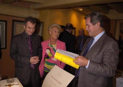 Christophe Penot, l'organisateur, et Rosine Goddet accueillent Jean-Louis Debré, leur <a href= https://www.prix-jacques-goddet.com/les-invites/les-invites-dhonneur/>invité d'honneur</a>. Dans la logique de la longue amitié qui a toujours lié la marraine du Prix et le président de l'Assemblée nationale.