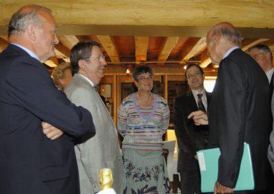 Premiers échanges. Chacun pourra remarquer que l'<a href= https://www.prix-jacques-goddet.com/les-invites/les-invites-dhonneur>invité d'honneur</a href>, Valéry Giscard d'Estaing, est venu avec son dossier d'articles scrupuleusement lu et plus scrupuleusement encore annoté!