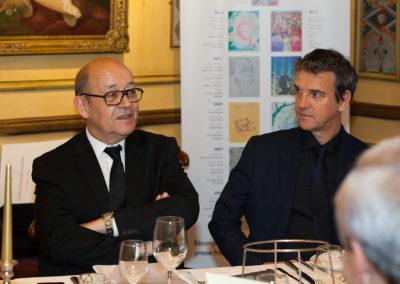 Jean-Yves Le Drian attentivement écouté par Philippe Thobie, nouveau directeur exécutif communication du groupe Carrefour France. En tant qu'ancien président de la Région Bretagne, il n'oublie pas de rappeler qu'il est très fier de compter un certain Bernard Hinault au rang de ses compatriotes et amis !