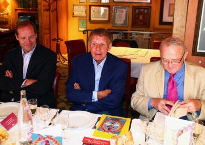 Voilà qui s'appelle être en bonne compagnie ! Patrick Poivre d'Arvor est entouré de Christian Prudhomme et de Jean-Marie Leblanc, le nouveau et l'ancien directeur du <a href=https://www.letour.fr/fr>Tour de France</a>.