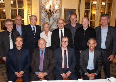 La pose traditionnelle pour conserver la mémoire du 12<sup>e</sup> Prix Jacques-Goddet. Daniel Bilalian, le président du jury, et Jean-Yves Le Drian, l'invité d'honneur, ne manquent pas d'entourer Rosine Goddet.