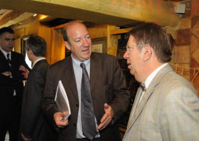 Partout des hommes de presse. Tandis que Michel Dalloni, le directeur de la rédaction de <a href= https://www.lequipe.fr><em>L'Équipe</em></a>, converse avec Christophe Penot (au fond), Philippe Sudres, le directeur du service de presse du Tour de France, parle d'internet et de communication avec Jacques Camus.