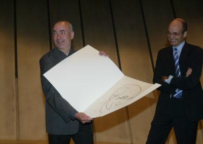 Récompensé ! Philippe Bouvet est heureux de recevoir un tirage unique sur Japon nacré d'un portrait de Jacques Goddet spécialement réalisé par le peintre espagnol <a href= https://www.prix-jacques-goddet.com/les-artistes>Eduardo Arroyo</a>.