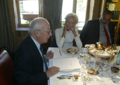 Rosine Goddet et Philippe Séguin sont à l'écoute. Fort de sa longue expérience, Jacques Marchand donne à sentir les talents de ce premier millésime.