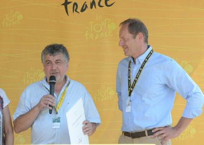 «Lorsque j'ai su que mon article avait été retenu parmi les vingt-et-un présentés au jury du 14<sup>e</sup> Prix Jacques-Goddet, j'ai ressenti une immense fierté. Mais lorsque le président du jury, Éric Revel, m'a téléphoné ensuite pour m'annoncer que j'étais le nouveau lauréat du Prix, je n'arrivais pas à y croire. Quelle joie!», témoigne Jean-Luc Chabaud aux côtés de Christian Prudhomme.