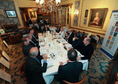 Les jurés ont pris place dans le somptueux décor du salon Lafayette, au restaurant <a href=https://www.procope.com>Le Procope</a>. La parole est à leur invité d'honneur.