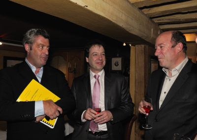 Trio de presse, trio de choc ! On reconnaît Gilles Le Roch, le président de l'Association internationale des journalistes du cyclisme et deuxième invité ès qualités, Henri Montulet, le rédacteur en chef de <em>La France Cycliste</em>, Philippe Sudres, le directeur du service de presse d'Amaury Sport Organisation.