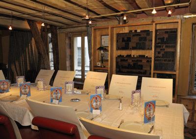 La traditionnelle table du salon Marat, dans ce Procope regardé comme le plus ancien café-restaurant de Paris (il a été fondé en 1686). Un prestigieux écrin pour présenter le portfolio du 6<sup>e</sup> Prix Jacques-Goddet frappé aux armes de Carrefour et du peintre <a href=https://www.prix-jacques-goddet.com/les-artistes>Valerio Adami</a>.