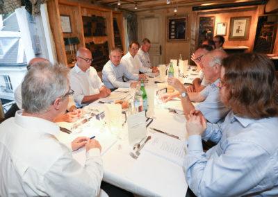 Ouverture de séance. Au nom du Tour de France et de Carrefour, partenaire du Prix, Christophe Penot salue la présence d'Arnaud Platel et de Fabrice Rigobert, les deux invités ès qualités qui ont pris place autour de la table, en compagnie de Jean-Luc Évin et de Thierry Rey.