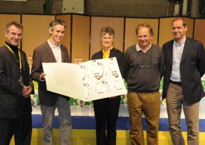 Jean-Julien Ezvan posant avec son trophée. Cette fois, le 4<sup>e</sup> Prix Jacques-Goddet est joué!