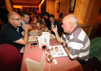 En Belgique comme en Gaule, tout se termine par un banquet. À la table des amis du Prix Jacques-Goddet, on reconnaît, au premier plan, l'ancien lauréat Philippe Bouvet, en grande conversation avec Éric Marchyllie, responsable sponsoring de Carrefour France, Laurent Lachaux et Gérard Castrie.