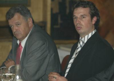 Thierry Cazeneuve, directeur du Critérium du Dauphiné. À l'écoute de Grégory Delbaere, le représentant du Crédit Lyonnais, partenaire associé à ce Prix Jacques-Goddet flambant neuf.
