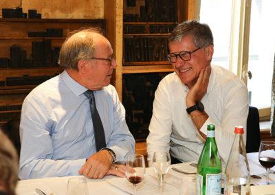 Confiance et connivence à la table du 14<sup>e</sup> Prix Jacques-Goddet. Entre deux tours d'un scrutin très serré, Roger Legeay et Laurent Lachaux partage la gaieté proverbiale du jury.