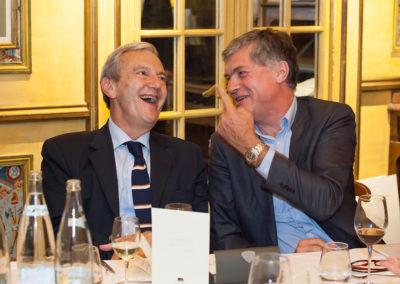 Bonne humeur, toujours ! Sans doute Laurent Lachaux rappelle-t-il à Daniel Bilalian, directeur des sports de France Télévisions, les records d'audience qu'il doit au Tour de France.