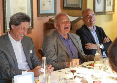 Oui, c'est un conteur intarissable ! On devine que c'est évidemment Jean-Louis Debré qui fait encore rire Patrick de Carolis, mais aussi Jean-Marie Leblanc et Éric Marchyllie.
