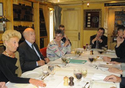 Rosine Goddet a pris place à la droite du président Valéry Giscard d'Estaing. Elle est prête pour un débat qui ne manquera pas d'être animé !