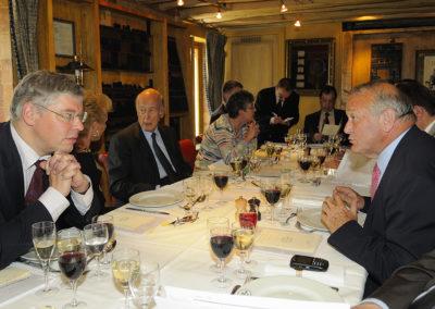 Conversations et conciliabules. Ce qui n'empêche pas Henri Montulet, dans la tradition des plaisirs de la table, de choisir soigneusement son menu…