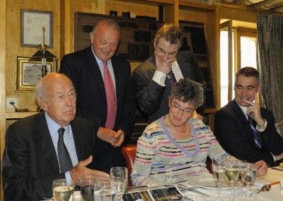 Jean-Marie Leblanc a ressorti les photographies du podium du Tour de France 1975, lorsque Valéry Giscard d'Estaing, alors Président, remit à Bernard Thévenet un maillot qu'il voulait vierge de toute publicité ! Trente-deux années plus tard, il s'en explique encore sous les yeux de Christophe Penot, d'Anne Broches et de Michel Dalloni.
