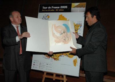 Yves Perret, le premier <a href= https://www.prix-jacques-goddet.com/les-laureats>lauréat</a>, honoré par Jean-Marie Leblanc au Palais des Congrès, à Paris. Le début d'un palmarès appelé à faire date.