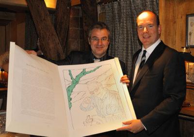 De son trait inimitable, Mark Brusse a dessiné un Jacques Goddet plus vivant que nature. Une réalisation signée Cristel Éditeur d'Art, que Christophe Penot présente en compagnie du Prince AlbertII.