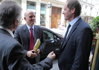 Christophe Penot, l'organisateur, et Christian Prudhomme, le directeur du Tour de France, sont allés accueillir le général d'armée Jean-Louis Georgelin, grand chancelier de la Légion d'honneur. Lequel vient magnifier le 8<sup>e</sup> Prix Jacques-Goddet et les chantres du Tour de France.