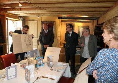 Christophe Penot présente au grand chancelier de la Légion d'honneur, ainsi qu'à Frédéric Ebling, Olivier Margot et Rosine Goddet, la lithographie du 8<sup>e</sup> Prix Jacques-Goddet. Elle a été réalisée par Vladimir Veličković, unanimement regardé comme le plus grand peintre serbe vivant.