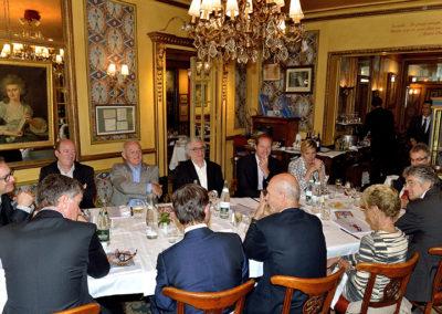 Avec le directeur des affaires publiques du groupe Carrefour France, Frédéric Ebling, à sa gauche, avec Rosine Goddet à sa droite, Pascal Lamy, ancien directeur général de l'Organisation mondiale du commerce, confie son plaisir de rejoindre un prix sportif qui a marqué son temps. «N'a de valeur que ce qui dure», écrira-t-il d'ailleurs sur le portfolio du 10<sup>e</sup> Prix Jacques-Goddet.