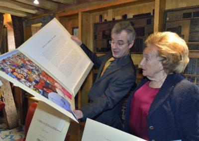 Passion d'éditeur d'art… Christophe Penot fait découvrir à Bernadette Chirac l'estampe spécialement réalisée par le peintre islandais <a href=https://www.prix-jacques-goddet.com/les-artistes/>Erró</a> pour le 9<sup>e</sup> Prix Jacques-Goddet.