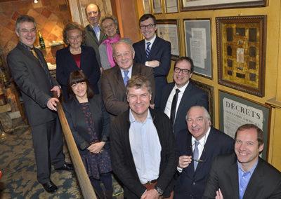 La traditionnelle photographie du jury dans l'escalier du Procope. Un bonheur particulièrement goûté lors d'une édition enfin plus féminisée qu'à l'ordinaire!