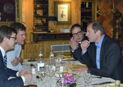 Conciliabule ! Sans doute Christian Prudhomme, le directeur du Tour de France, essaie-t-il de rallier à ses choix Frédéric Ebling, Laurent Lachaux et Henri Montulet.