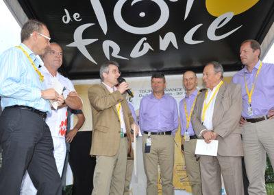 L'inoubliable remise du 7<sup>e</sup> Prix Jacques-Goddet à Pau, le vendredi 15 juillet 2011. Selon les traditions de l'accueil, Christophe Penot, l'organisateur, remercie le Tour de France, son mandataire, le groupe Carrefour, son partenaire, mais aussi Michel Rocard, ancien Premier ministre, qui a tenu à faire le déplacement jusqu'à Pau pour féliciter lui-même le lauréat, Jean-François Quénet.