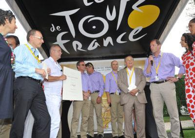 Oui, ce fut une édition très disputée qui fait honneur au palmarès et à la tradition des chantres du sport! Christian Prudhomme, le directeur du Tour de France, est heureux de féliciter Jean-François Quénet, le lauréat de ce 7<sup>e</sup> Prix Jacques-Goddet.