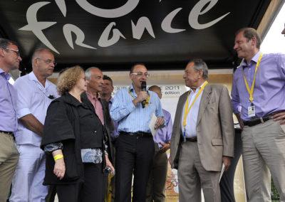 Christian Prudhomme a invité les parents de Jean-François Quénet à le rejoindre sur le podium. Un authentique moment d'émotion pour une famille engagée, qui a toujours revendiqué son attachement à la pensée de Michel Rocard.