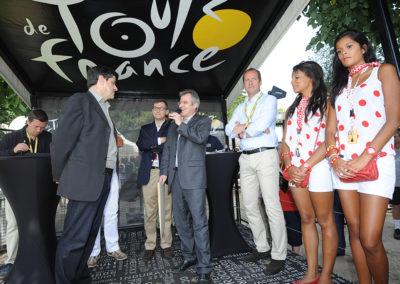 Remise du 8<sup>e</sup> Prix Jacques-Goddet, le dimanche 22 juillet, au Village du Tour, à Rambouillet. Au nom de Carrefour et du Tour de France, Christophe Penot, l'organisateur, accueille le nouveau lauréat, Jean-Luc Gatellier, grand reporter à <em>L'Équipe</em>.