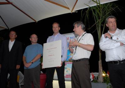Au nom de Carrefour, son partenaire, et de ses amis du Tour de France, Christophe Penot, l'organisateur, ouvre la soirée de remise. Il est entouré par Bernard Chevalier, le lauréat, Alain Souillard, le directeur exécutif du groupe Carrefour hypermarchés France, Christian Prudhomme, le directeur du Tour de France, et Gilles Le Roch, le président de l'<a href=https://www.aijc.org/>Association internationale des journalistes du cyclisme</a>.