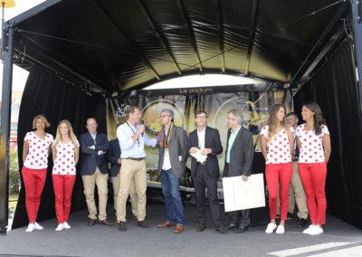 Et le vainqueur est… Au Touquet-Paris-Plage, le 8 juillet 2014, Christian Prudhomme, directeur du Tour de France, a appelé le célèbre Jean-Louis Le Touzet sur le podium pour qu'il reçoive le 10<sup>e</sup> Prix Jacques-Goddet.