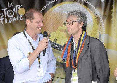 Difficile mission pour Christian Prudhomme. Il lui revient de présenter un ami, ancien envoyé spécial de <em>Libération</em> sur le Tour de France – en clair, un reporter aussi célèbre pour son indiscutable talent que pour son ironie douce-amère, sinon mordante, à l'adresse de ceux qu'il n'aime pas!