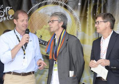 Frédéric Ebling, directeur des affaires publiques du groupe Carrefour France, est à l'écoute. Il se régale d'un discours où la longue amitié entre Christian Prudhomme et Jean-Louis Le Touzet autorise toutes les franchises.