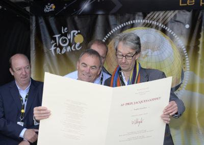 Communion ! Jean-Louis Le Touzet a voulu partager avec Bernard Hinault, l'un des champions qu'il a le plus admirés, la lithographie que lui vaut son article primé.